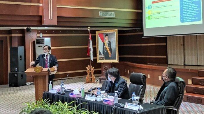 Kepala Perwakilan BI Sulut, Arbonas Hutabarat berbicara dalam High Level Meeting TPID Kota Manado,  belum lama ini.