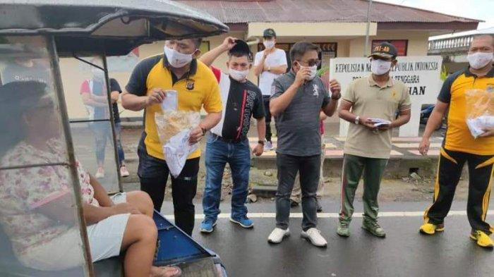Sambut Hari Bhayangkara Ke-75, Polsek Ratahan Mitra Bagikan Masker