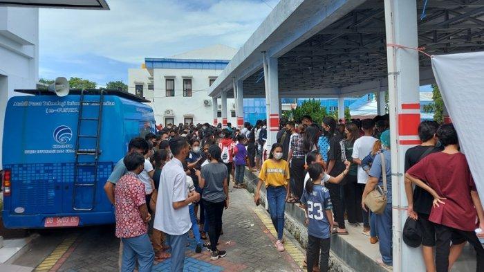 Kerumunan terjadi saat pelaksanaan vaksinasi Covid 19 untuk anak usia 12-17 tahun di lapangan upacara Kantor Walikota Bitung, Kamis (15/7/2021).