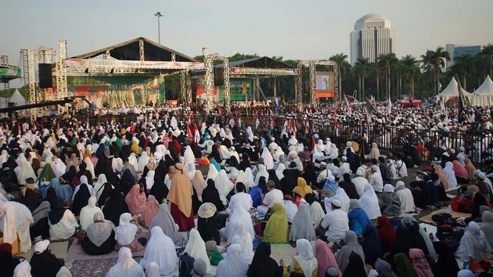Suasana saat sejumlah peserta aksi Munajat dan Maulid Akbar atau Reuni Akbar 212 memenuhi lapangan Monumen Nasional (Monas), Jakarta Pusat, Senin (2/12/2019).