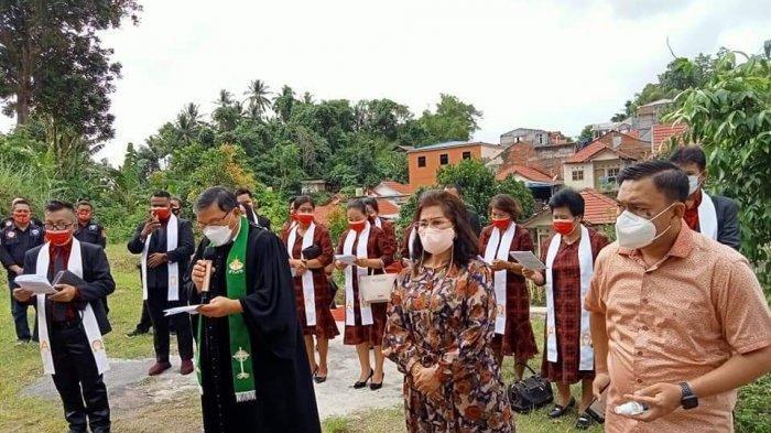 Ketua BPMS Sinode GMIM Pdt Dr Hein Arina mentahbiskan Gedung Gereja GMIM Agape Malendeng