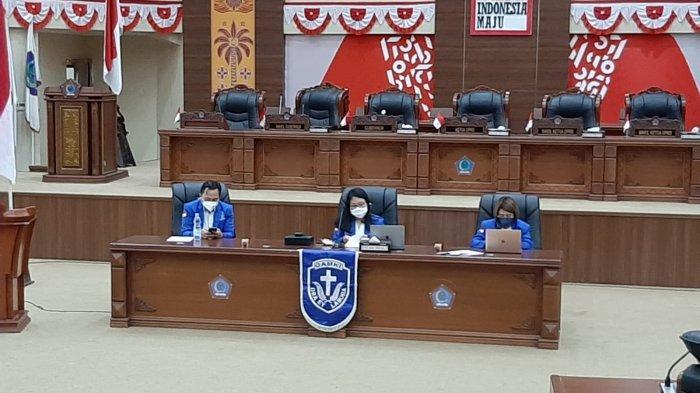 Ketua GAMKI Sulut Yowanda Yonggara, Sekretaris Nicky Londok dan bendahara GAMKI Sulut Kristi Arina memimpin rapat pleno I di ruang paripurna DPRD Sulut pada Sabtu 09 Oktober 2021
