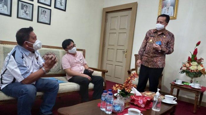 Ketua Panitia Rakerda PWI Sulut, Aswin Lumintang, Sekretaris Panitia; Jemmy Senduk berbincang dengan Pjs Gubernur Sulut, Agus Fatoni