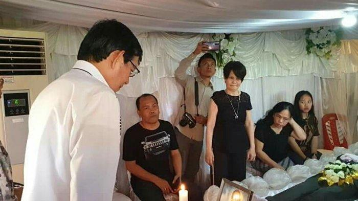 Ketua Pria Kaum Bapa GMIM Vicky Lumentut Melayat Kerumah Duka