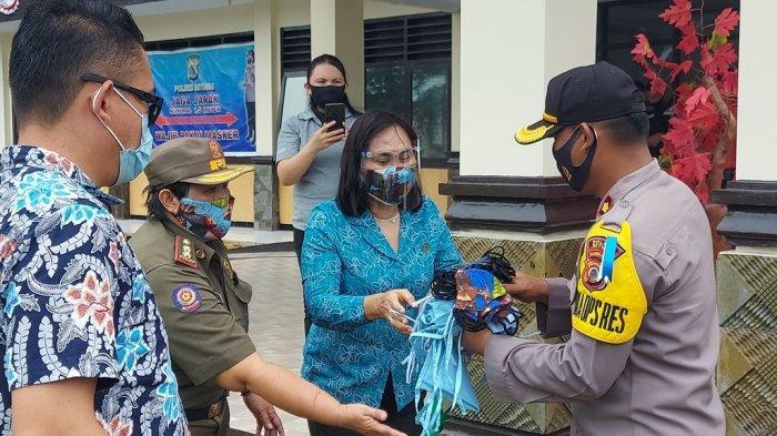 Istri Wali Kota Bitung Salurkan Ribuan Masker Kain, Dukung Pelaksanaan Razia Protokol Kesehatan