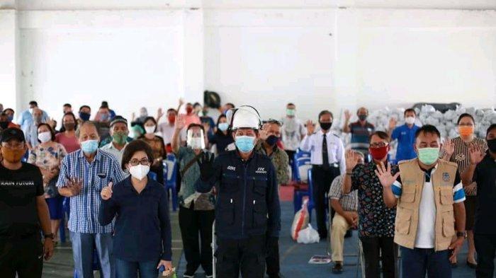 Ketua TP PKK Kota Manado Dampingi Wali Kota dalam Penyerahan Bansos kepada Para Hamba Tuhan