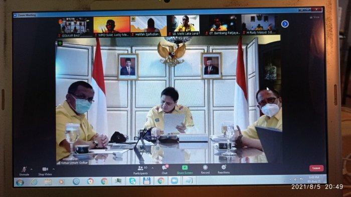 Ketua Umum DPP Airlangga Hartarto yang juga Menko Bidang Perekonomian saat meeting zoom bersama sejumlah pengurus DPP dan DPD I Golkar se-Indonesia.
