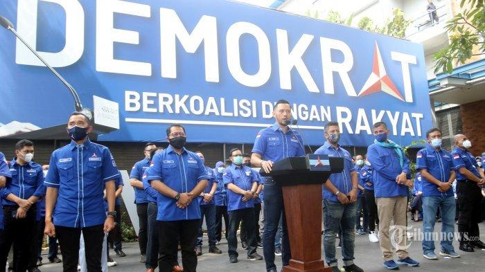 Ketua Umum DPP Partai Demokrat, Agus Harimurti Yudhoyono (AHY) didampingi jajaran pengurus dan pendukung setianya menyampaikan pesan pertamanya usai partai yang dipimpinnya dinyatakan sah oleh pemerintah, di Jakarta, Rabu (31/3/2021).
