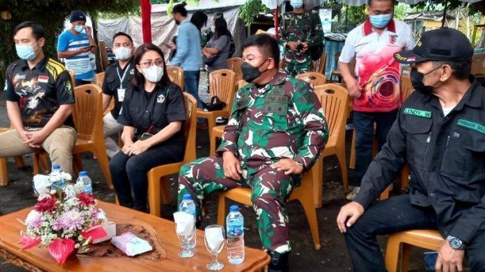 Ketua Umum Perbakin Sulawesi Utara Brigjen TNI Prince Meyer Putong saat menyerahkan surat mandat kepada Ketua Perbakin Tomohon Miky Junita Linda Wenur, Sabtu (26/5/2021).