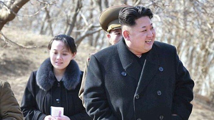 Kim Yo Jong (kiri) dan Kim Jong Un dikawal pasukan militer Korea Utara. Terbaru Kim Yo Jong perintahkan eksekusi mati pejabat.
