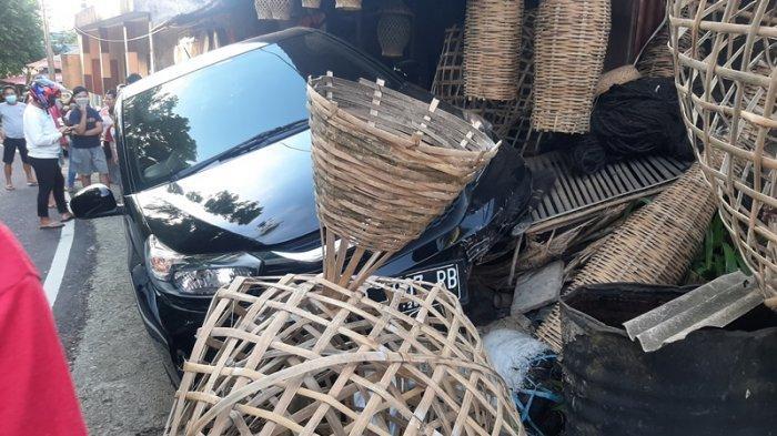 Tabrakan di Kinilow Tomohon, Oma Dortje Kaget Tiba-tiba Sudah Ada Mobil di Depan Kiosnya