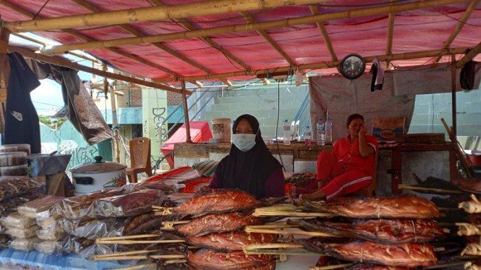 Kios ole-ole tradisional di Sario, Manado, tampak sepi dan tak ada pembeli, Senin (30/8/2021).