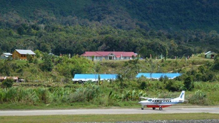 KKB pimpinan Lamek Taplo menyerang para anggota TNI yang sedang bertugas di Pegunungan Bintang.