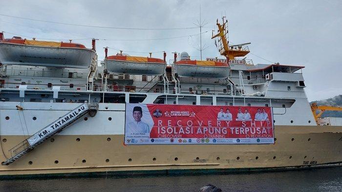 KM Tatamailau yang sedang berlabuh di perairan selat Lembeh tepatnya di depan Dock Kelapa Dua Kelurahan Kelapa Dua Kecamatan Lembeh Selatan tempat isolasi mandiri terpusat (Isoter) Perapung.