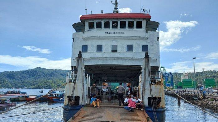 KMP Tude yang lagi sandar di Dermaga Pelabuhan Feri Bitung dan foto jajaran Direksi PD Bangun Bitung.
