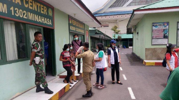 Laksanakan Giat Yustisi, Personel Kodim 1302/Minahasa Bawa Spanduk Bertuliskan Imbauan Prokes