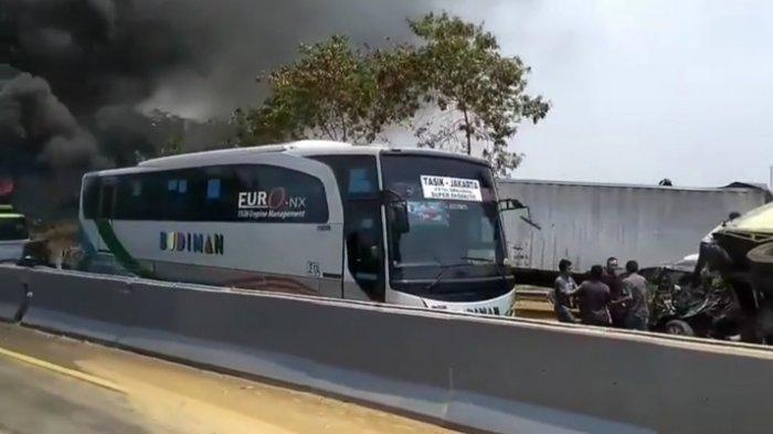 AJAIB, Bus Ini Tampak Utuh dan Selamat dari Tabrakan Maut di Ruas Tol Cipularang KM 91