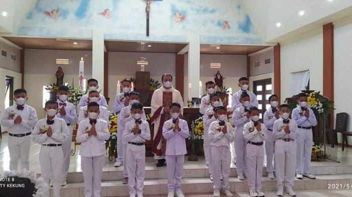 Anak-anak putra penerima Komuni Pertama di Paroki St Antonius Padua Taratara, Kota Tomohon.
