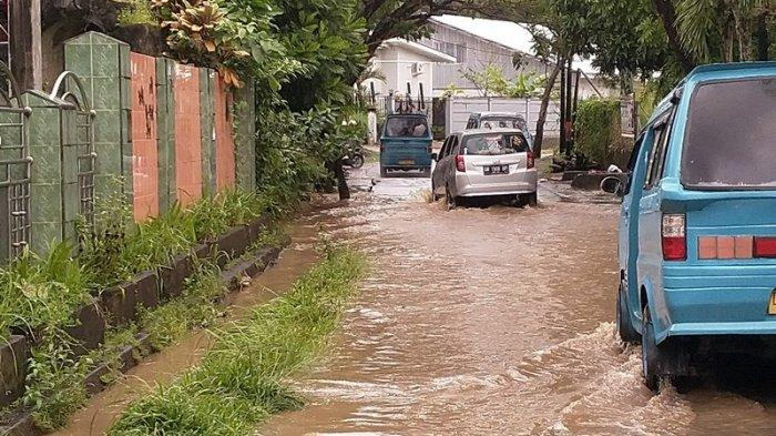 Hujan Deras di Manado, Jalan Siswa Tikala Baru Tergenang Air, Pengendara Balik Arah