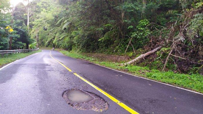 Berpotensi Akibatkan Kecelakaan Lalu Lintas, Warga Keluhkan Lubang Besar di Jalan Gunung Potong