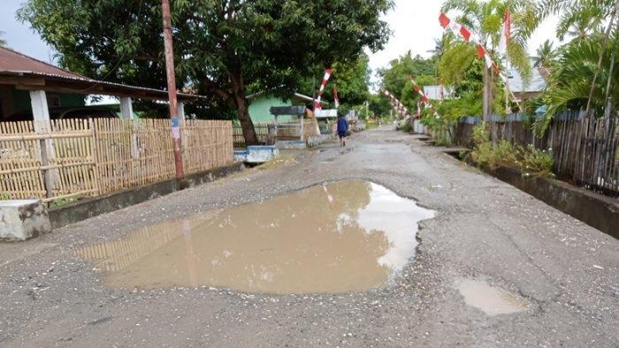 Jalan Lorong 17 Agustus di Boltim Rusak, Pengendara Motor Nyaris Jatuh