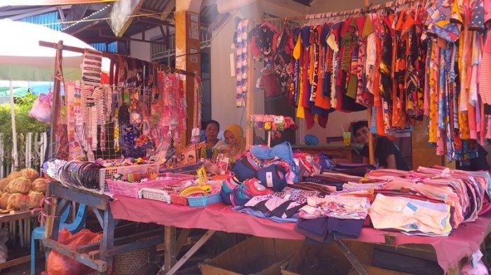 Kondisi pedagang Pasar Tuminting yang berjualan di perkampungan warga, Jumat (11/6/2021). Para pedagang ini berjualan di belakang Pasar Tuminting. Warga Manado harus berjalan melewati puing-puing bangunan lama Pasar Tuminting untuk menuju lokasi para pedagang berjualan.