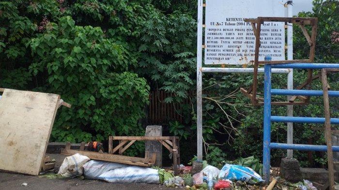Kondisi sampah di Pasar Karombasan, Manado, Sulawesi Utara, Minggu (11/7/2021).