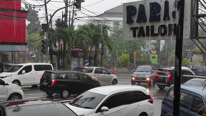 Kondisi simpang tiga Pikat, Jalan Sam Ratulangi macet. Tampak kendaraan dari Jalan A. Yani Sario berbalik arah karena tergenang.