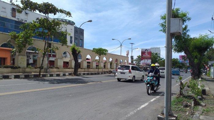 Kondsii arus lalu lintas di depan Golden Dragon Hotel, Jalan Pierre Tendean, Manado, Sulawesi Utara, Kamis (10/6/2021).