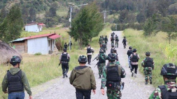 Pasukan TNI-Polri berjaga di Ilaga. Kontak Senjata di Papua Kembali Pecah, KKB Tembak Kerumunan Warga saat Acara Adat di Ilaga pada Kamis (08/07/21).