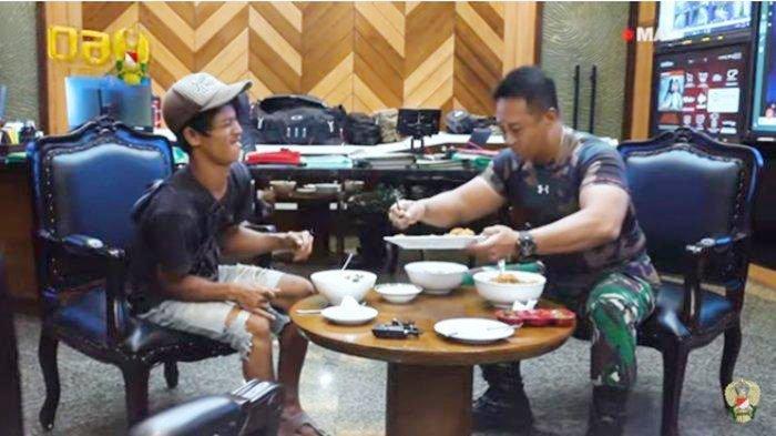 KSAD Jenderal Andika Perkasa mengajak makan Sandi Rihata, penyandang disabilitas yang jadi kuli bangunan.