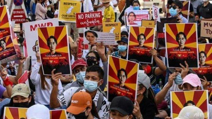 Ujuk rasa anti-kudeta Myanmar - Para aktivis anti kudeta dikabarkan akan ditangkap militer Myanmar. Satu kelompok orang mendatangi rumah sakit untuk memastikan seorang dokter aman