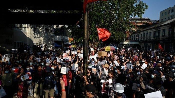 Unjuk Rasa Anti Kudeta Myanmar - Akibat aksi kudeta, Amerika Serikat menjatuhkan sanksi pada pemerintah militer Myanmar sedangkan Facebook mengawasi konten yang dijalankan pihak junta.