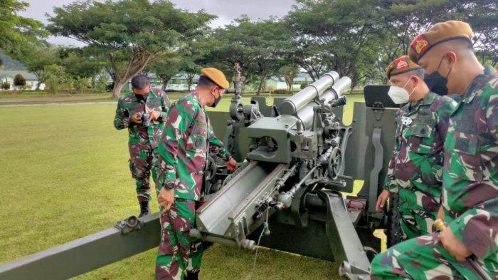 Danpussenarmed Kodiklatad Mayjen TNI Totok Imam Santoso melihat alutsista dan latihan di Batalyon Armed Tarik Bogani Lolak, Bolmong.