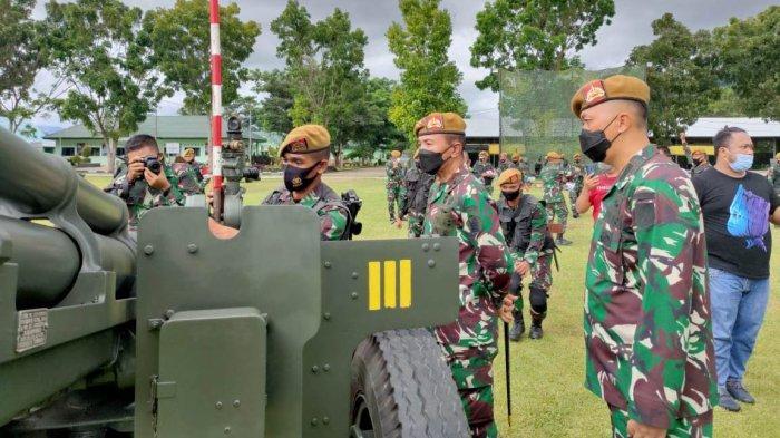 Komandan Pussenarmed Kodiklatad Mayjen TNI Totok Imam Santoso ketika memantau latihan LTPT di Yon Armed 19/105 Tarik Bogani, Lolak, Kabupaten Bolaang Mongondow.