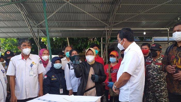 Kunjungan Mensos Tri Rismaharini ke wilayah terdampak bencana di Ternate Tanjung, Singkil, Manado, Rabu (20/1/2021).