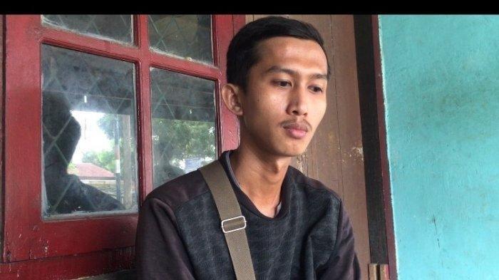 Foto : Noppal Surdi (26) <a href='https://manado.tribunnews.com/tag/kurir' title='kurir'>kurir</a> di jasa antar barang di <a href='https://manado.tribunnews.com/tag/muara-bulian' title='MuaraBulian'>MuaraBulian</a> yang rekam aksi <a href='https://manado.tribunnews.com/tag/viral' title='viral'>viral</a> pria pembuka paket <a href='https://manado.tribunnews.com/tag/cod' title='COD'>COD</a> tapi tak mau bayar.