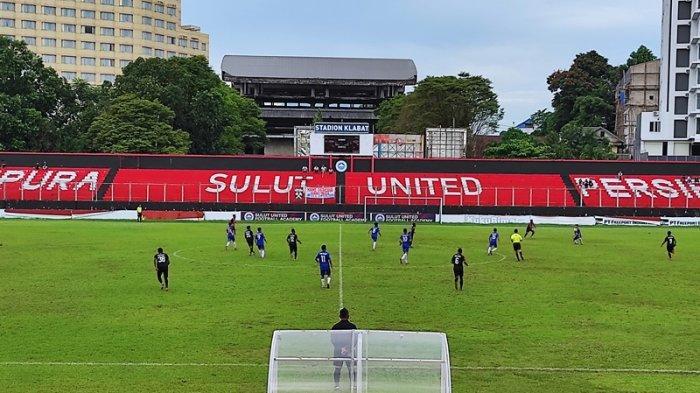Laga uji coba Tim PON Sulut dan Tim PON Papua di Stadion Klabat, Sabtu (17/07/2021). Laga dimenangkan tim tamu dengan skor 2-0
