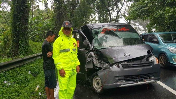 Mobil Pick Up Ringksek Hantam Truk Roda Enam di Tinoor