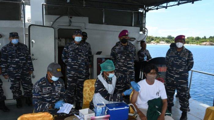 Lantamal VIII lakukan vaksinasi Covid pada para nelayan yang sedang melaut