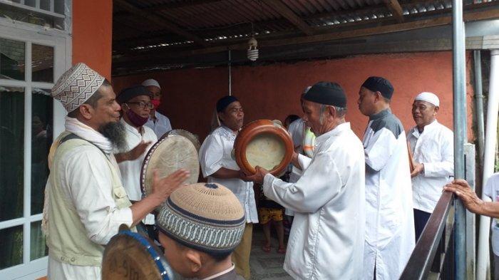 Warga Maasing Kota Manado Rayakan Lebaran Ketupat dengan Milu Siram dan Rebana