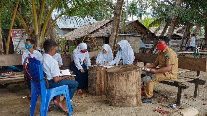 Terkendala Jaringan, Leksi Harun Pilih Mengajar Anak-anak di Tepi Pantai