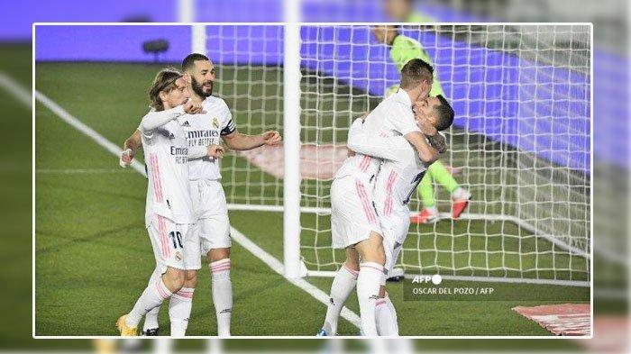 Liga Spanyol - Penyerang Spanyol Real Madrid Lucas Vazquez (kanan) merayakan bersama rekan satu timnya setelah mencetak gol dalam pertandingan sepak bola Liga Spanyol antara Real Madrid dan Celta Vigo di stadion Alfredo Di Stefano di Valdebebas, timur laut Madrid, pada 2 Januari 2021. OSCAR DEL POZO / AFP