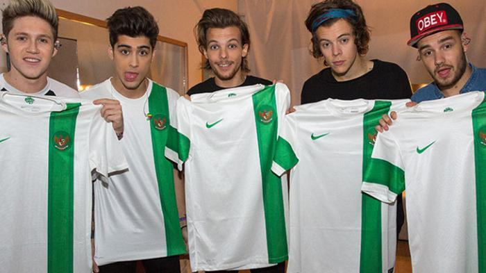 Lima personel boyband One Direction pamer kaos Jersey Timnas Indonesia.