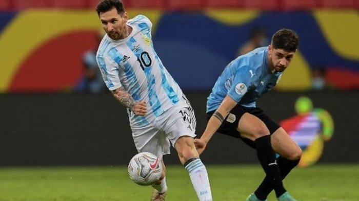 Lionel Messi (kiri) ketika berduel dengan Federico Valverde (kanan) pada laga Grup A Copa America 2021 yang mempertemukan Argentina vs Uruguay di Mane Garrincha Stadium pada Sabtu (19/6/2021) pagi WIB.