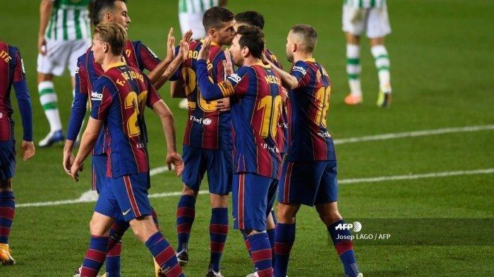 Penyerang Barcelona asal Argentina Lionel Messi merayakan gol keduanya bersama rekan satu tim dalam pertandingan sepak bola Liga Spanyol antara Barcelona dan Real Betis di stadion Camp Nou di Barcelona pada 7 November 2020.
