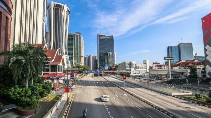 Lalu lintas di jalan raya Kuala Lumpur Malaysia tampak lengang pasca-diberlakukannya sistem penguncian ( lockdown) secara nasional akibat corona.
