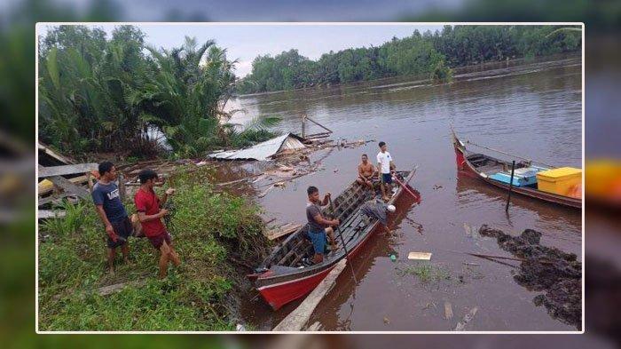 Terjadi Longsor Dini Hari, 2 Rumah Tenggelam di Sungai, 8 Orang Warga Kehilangan Tempat Tinggal