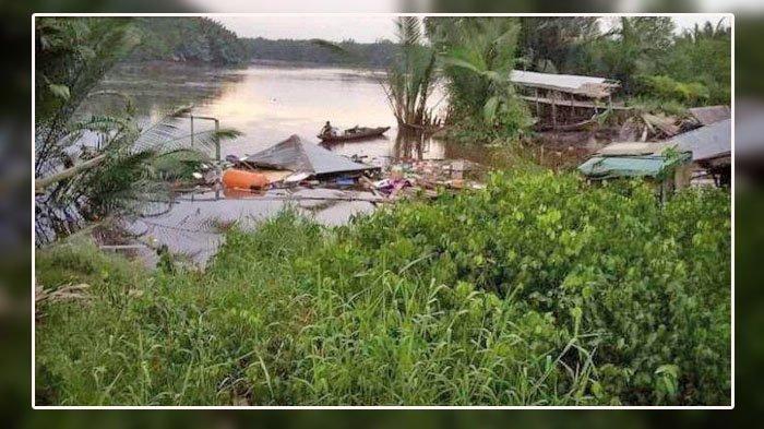 Dua unit rumah di Parit 6 Dusun Jaya Abadi Desa Menteng Kecamatan Mendahara masuk ke dalam sungai, Minggu (22/11/2020) sekitar pukul 04.00 WIB.