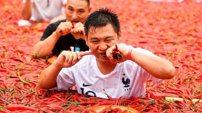 Lomba Makan Cabe di Festival Kuala Girian Kota Bitung